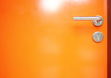 与金属把柄门的橙色门 免版税库存图片
