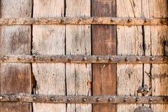 与金属括号的木纹理 库存照片