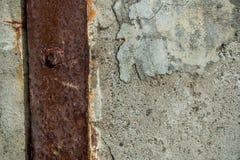 与金属括号-背景的防波堤 免版税库存照片