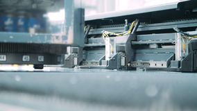 与金属新闻机器的自动化的工业线 现代工业设备 股票录像