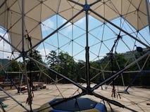 与金属杆和三角的网格球顶 免版税库存照片