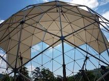 与金属杆和三角的网格球顶 免版税库存图片