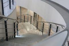 与金属栏杆的升石螺旋形楼梯 库存照片
