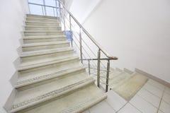 与金属栏杆的空的楼梯 免版税库存照片