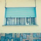 与金属树荫的葡萄酒窗口 库存照片