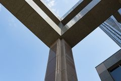与金属框架关闭的专栏柱子办公楼 免版税库存照片