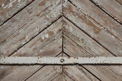 与金属片的木板条横跨背景 免版税库存照片