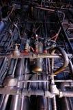 与金属生锈的老管子的工业内部 免版税库存照片