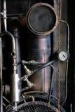 与金属生锈的老管子的工业内部 免版税库存图片