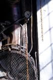 与金属生锈的老管子的工业内部 图库摄影