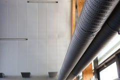 与金属管子的工业内部,都市 免版税库存图片