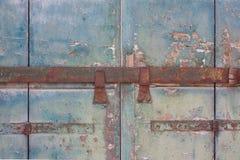 与金属螺栓的一个老门 免版税库存图片