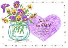 与金属螺盖玻璃瓶和蝴蝶花的婚礼邀请开花 库存图片