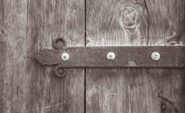 与金属装饰的老木门 照片描述古色古香耳鼻喉科 库存图片