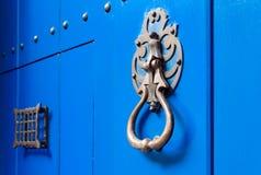 与金属通道门环的蓝色门在卡塔赫钠,哥伦比亚 库存图片