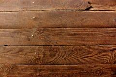 与金属钉子的年迈的黑褐色木板板条当难看的东西木背景 库存图片