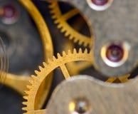 与金属钝齿轮的背景钟表机构 樱桃概念性重点做照片蕃茄 免版税库存图片
