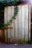 与金属铰链和锁的老木门 库存图片