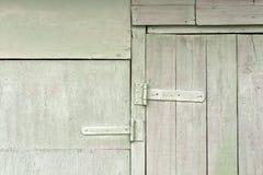 与金属铰链的老木飞机棚门 免版税库存图片