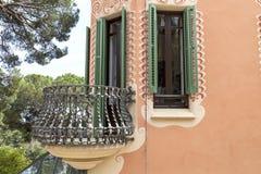 与金属阳台的门面Gaudi议院博物馆的,巴塞罗那,西班牙 免版税库存图片