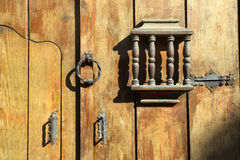 与金属黄色的一个老木门处理伪造的手工制造 免版税库存照片