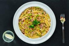 与金枪鱼、白豆和韭葱的面团 免版税图库摄影