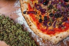 与金枪鱼、葱、雀跃和橄榄, o的传统意大利薄饼 图库摄影