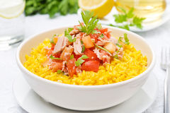 与金枪鱼、蕃茄、胡椒和草本的番红花米在碗 免版税库存图片