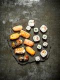 与金枪鱼、虾、三文鱼和卷的寿司 库存照片