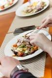 与金枪鱼、西红柿和鸡蛋的健康夏天沙拉,偷猎在上面 图库摄影