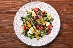 与金枪鱼、鸡蛋、蕃茄和豆的沙拉 库存图片
