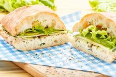 与金枪鱼、绿色、苹果和黄瓜的大ciabatta三明治 免版税库存图片