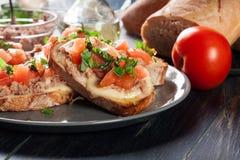 与金枪鱼、mozarella乳酪和蕃茄的开胃菜bruschetta 免版税库存图片