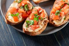 与金枪鱼、mozarella乳酪和蕃茄的开胃菜bruschetta 图库摄影