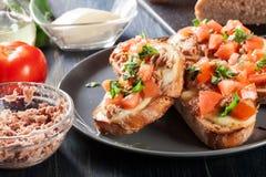 与金枪鱼、mozarella乳酪和蕃茄的开胃菜bruschetta 免版税图库摄影