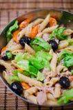 与金枪鱼和橄榄的意大利面制色拉 库存照片
