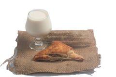 与金枪鱼和牛奶的新月形面包 免版税库存照片
