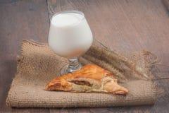 与金枪鱼和牛奶的新月形面包 库存照片