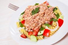 与金枪鱼和菜的意大利面制色拉 免版税库存照片