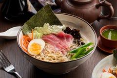 与金枪鱼和面条的亚洲拉面在餐馆 库存照片