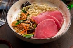 与金枪鱼和面条的亚洲拉面在餐馆 免版税库存照片