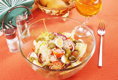 与金枪鱼和鹌鹑蛋的沙拉在一块玻璃板 免版税库存照片