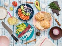 与金枪鱼的三明治在板材、菜和一杯柠檬水 免版税库存照片
