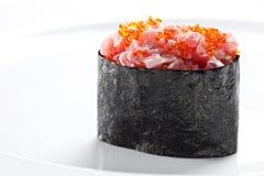 与金枪鱼的寿司gunkan maki在白色背景 图库摄影