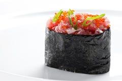 与金枪鱼的寿司gunkan maki在白色背景 免版税库存图片