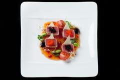 与金枪鱼的泛亚海鲜烹调在调味汁和鱼子酱 库存图片