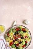 与金枪鱼,西红柿,黄瓜,黑橄榄a的意大利面制色拉 库存图片