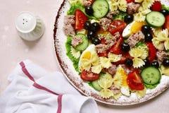 与金枪鱼,西红柿,黄瓜,黑橄榄a的意大利面制色拉 免版税库存图片