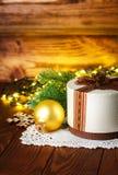 与金球的圣诞节礼物在木板 免版税库存照片