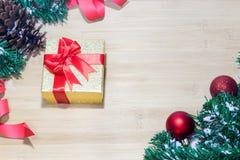 与金礼物盒的圣诞节背景,新年背景 免版税库存照片